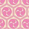 ピンクと薄い黄色の亀甲三つ巴のパターン